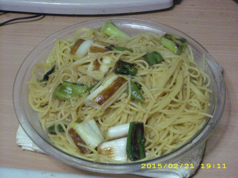 スパゲティ・エセロンチーノに長ネギを炒めたものを乗せたもの 分量は3人前